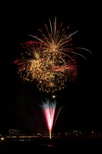 鹿沼市さつき祭り協賛花火大会のスターマインの写真素材 [FYI03841494]