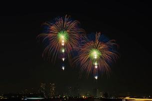 東京湾大華火祭の2発同時の対打ち「昇小花虹の華」の写真素材 [FYI03841538]