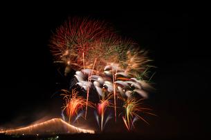 常総きぬ川花火大会のオープニング花火とナイアガラ富士の写真素材 [FYI03841549]