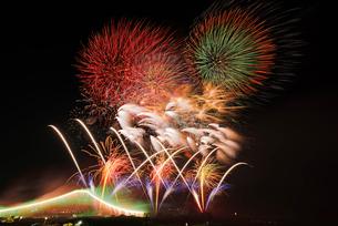 常総きぬ川花火大会のオープニング花火とナイアガラ富士と割物の写真素材 [FYI03841550]