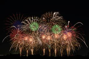 こうのす花火大会の音と光の合同スターマイン2「願いをこめて」の写真素材 [FYI03841579]