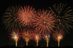 こうのす花火大会の音と光のコラボレーションの写真素材 [FYI03841580]