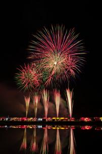 くずうフェスタ花火大会のワイドスターマインの写真素材 [FYI03841614]