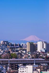 富士山と青空の東京を走る北陸新幹線E7系あさまの写真素材 [FYI03841628]