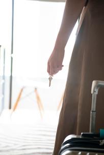 鍵を持っている女性の手元の写真素材 [FYI03841652]