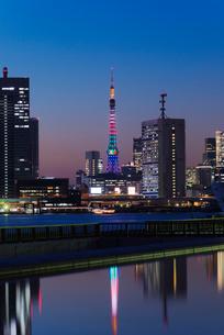 晴海ふ頭から東京タワーオリンピックカラー暮色の写真素材 [FYI03841657]