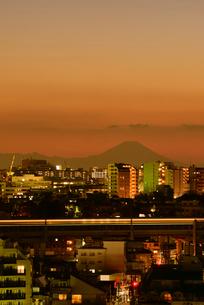 東京から富士山暮色と新幹線光跡の写真素材 [FYI03841659]