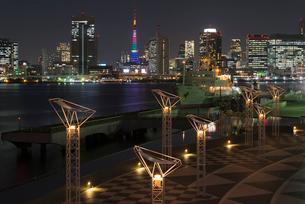 晴海ふ頭から東京タワーオリンピックカラー夜景の写真素材 [FYI03841678]