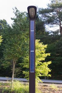 自然エネルギー太陽光パネルの電灯の写真素材 [FYI03841690]