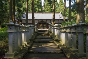 世界文化遺産の山宮浅間神社の参道の石灯籠と籠屋の写真素材 [FYI03841706]