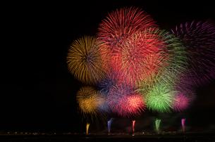 長岡まつり大花火大会の超大型ワイドスターマインの写真素材 [FYI03841719]