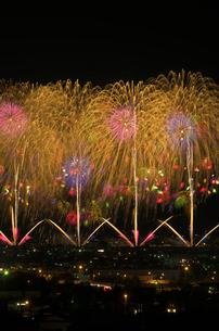 夜景と長岡まつり大花火大会のベスビアス超大型スターマインの写真素材 [FYI03841736]