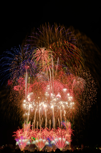 とりで利根川大花火のエンディング音楽花火の写真素材 [FYI03841756]
