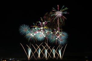 常総きぬ川花火大会の「美しき光のハーモニー」の写真素材 [FYI03841760]