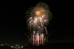常総きぬ川花火大会で花火の巨匠の花火浪漫の写真素材 [FYI03841762]