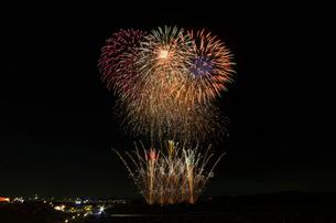 常総きぬ川花火大会で花火の巨匠の花火浪漫の写真素材 [FYI03841801]