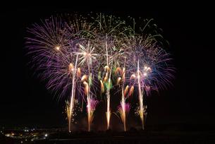 常総きぬ川花火大会の「太陽と暁の女神の物語」の写真素材 [FYI03841802]