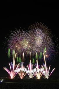 常総きぬ川花火大会の「太陽と暁の女神の物語」の写真素材 [FYI03841808]