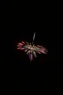 土浦全国花火競技大会の創造花火で回転している独楽の写真素材 [FYI03841818]