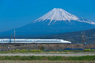 青空に富士山と東海道・山陽新幹線N700系の写真素材 [FYI03841931]