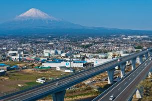 青空に富士山と新東名高速道路の写真素材 [FYI03841936]