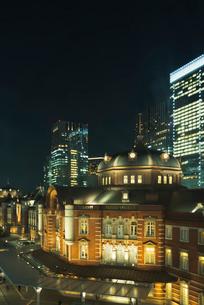 復元されたJR東京駅丸の内駅舎夜景の写真素材 [FYI03841965]