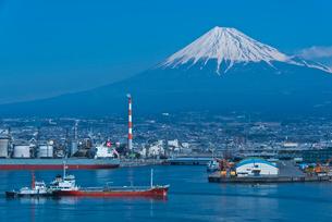 ふじのくに田子の浦みなと公園から青空に富士山と田子の浦港の写真素材 [FYI03841977]