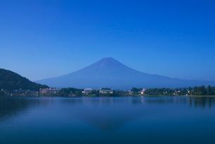 朝の河口湖の富士山と逆さ富士の写真素材 [FYI03841993]