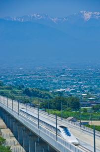 甲府盆地と南アルプス望むリニアモーターカーの写真素材 [FYI03842006]