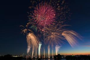 葛飾納涼花火大会で富士山暮色と東京スカイツリーの写真素材 [FYI03842021]