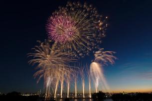葛飾納涼花火大会で富士山暮色と東京スカイツリーの写真素材 [FYI03842022]