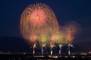 神明の花火大会 オープニングと二尺玉の写真素材 [FYI03842053]