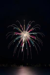 諏訪湖祭湖上花火大会 湖上を照らすパステルの☆キラメキ☆の写真素材 [FYI03842071]