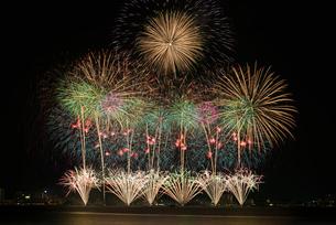 諏訪湖祭湖上花火大会 ミュージックグラデーション ファンタスティック シャインの写真素材 [FYI03842073]