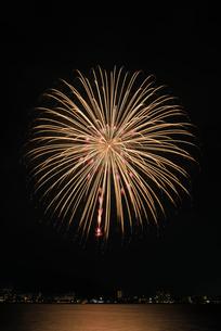 諏訪湖祭湖上花火大会 10号早打ち競技 諏訪湖麗花の写真素材 [FYI03842074]