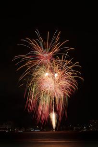 諏訪湖祭湖上花火大会 スターマイン競技 雨上がりの太陽の写真素材 [FYI03842079]