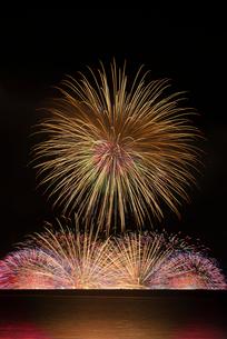 諏訪湖祭湖上花火大会 水上大スターマイン Kiss of Fireの写真素材 [FYI03842080]