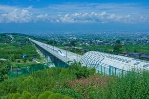 甲府盆地を走るリニア中央新幹線の写真素材 [FYI03842121]