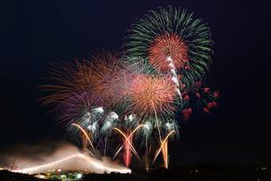 常総きぬ川花火大会 オープニング花火ナイアガラ富士200m付の写真素材 [FYI03842158]