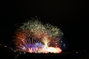 常総きぬ川花火大会ミュージックスターマイン エンターテイナーの写真素材 [FYI03842164]