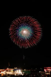 土浦全国花火競技大会で昇曲導付四重芯変化菊の写真素材 [FYI03842168]