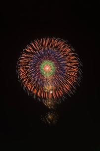 土浦全国花火競技大会で昇曲付五重芯銀点滅の写真素材 [FYI03842218]