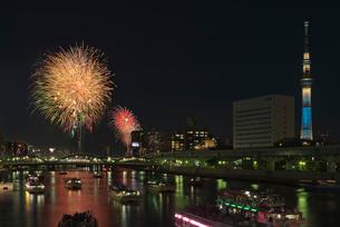 隅田川花火大会と東京スカイツリーと屋形船の写真素材 [FYI03842273]