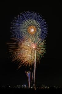 とりで利根川大花火の大玉連発の写真素材 [FYI03842290]