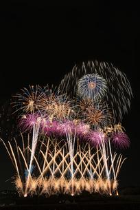 常総きぬ川花火大会のワイドスターマインの写真素材 [FYI03842294]