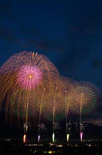 神明の花火のオープニングと2尺玉の写真素材 [FYI03842314]