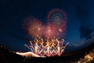 常総きぬ川花火大会のオープニング花火8号玉とナイアガラ富士の写真素材 [FYI03842325]