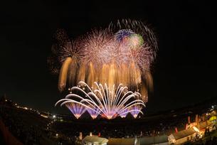 常総きぬ川花火大会のワイドスターマインの写真素材 [FYI03842327]