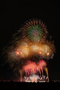 とりで利根川大花火のナイアガラの滝とエンディング音楽花火の写真素材 [FYI03842341]