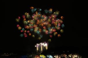 土浦全国花火競技大会 スターマイン ひまわりの約束の写真素材 [FYI03842356]
